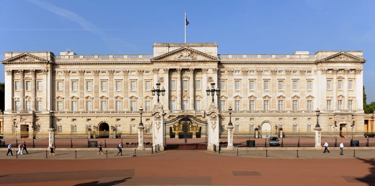 Buckingham Palace repairs INCREASE TO £900m after electrician 'takes a butchers'