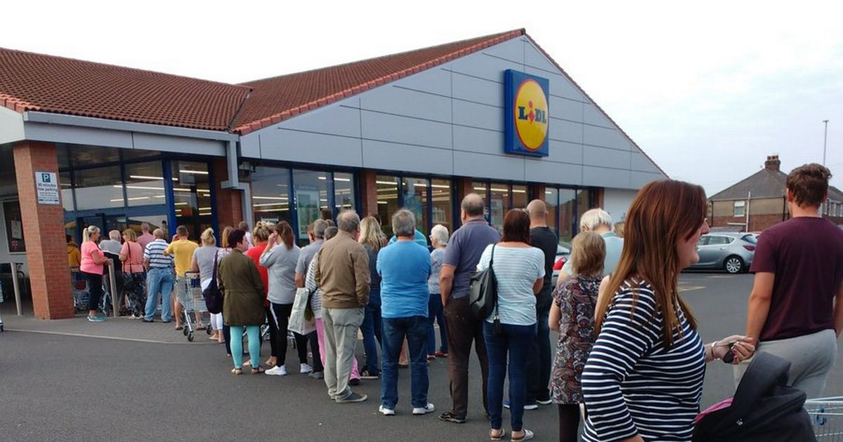 Huge Brexit supporters queue up at German supermarket to buy cheap Italian fizzy wine